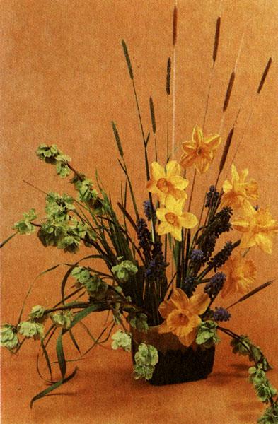 Композиция с ирисом сибирским, листьями функии, луком Моля, сухими корнями на наколках в двойных стеклянных вазах