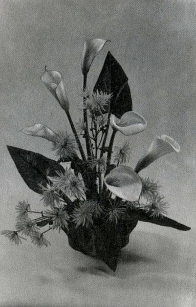 Каллы, хризантемы на наколке в керамической вазе