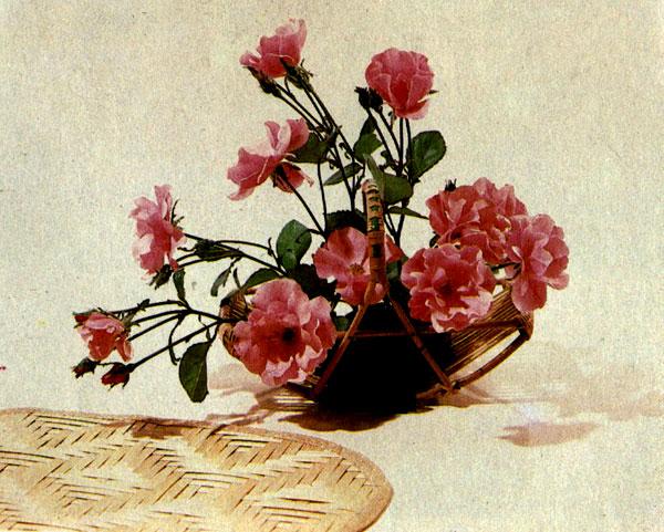 «Подарок» Гибридно-полиантовые розы на металлической наколке в корзиночке