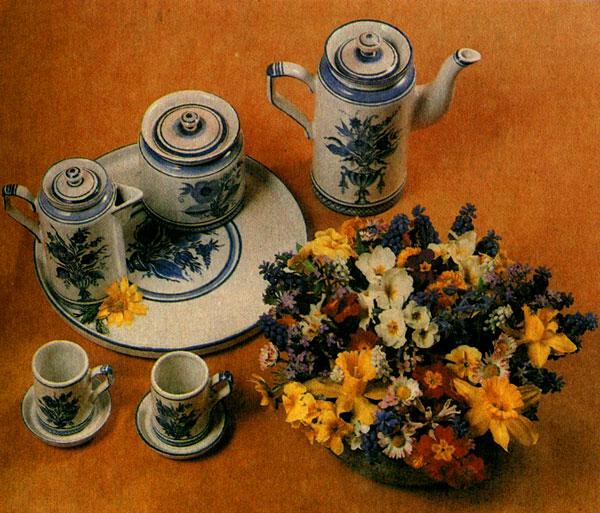 Цветы в фарфоровой плошке на кофейном столе