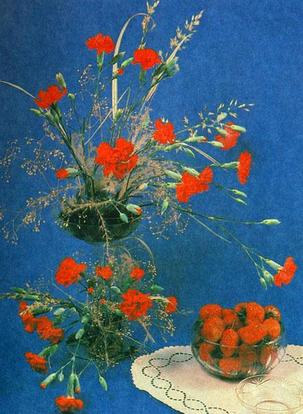 «Десерт» Садовые гвоздики, травы, гипсофила на наколке в стеклянной вазе на ножке и ягоды