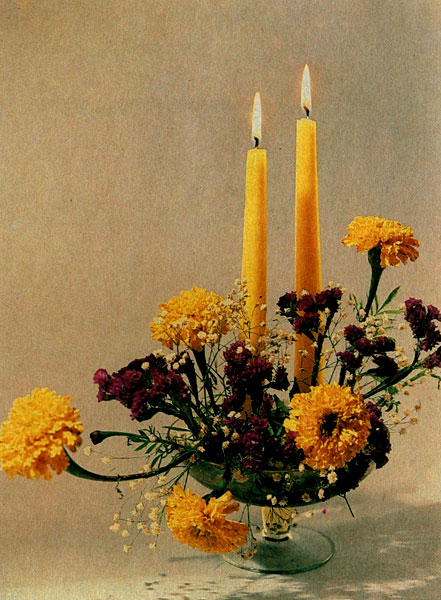«Цветы и свечи» Бархатцы, кермек синуата на наколке в стеклянной вазе